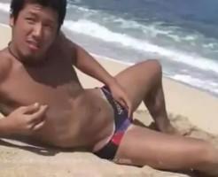 【ゲイ動画 xvideos】目があった瞬間恋に落ちたwww砂浜で大解放アナルファック!