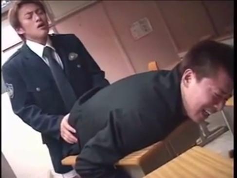 【ゲイ動画 xvideos】学校に侵入した短髪学生のケツマンコを犯すイケメン警官