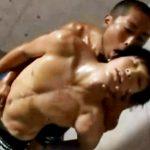 【ゲイ動画 xvideos】テカテカに光った筋肉・・・とりあえずその体で抱きしめてもらっていい?wベビーフェイスなイケメンがアナルでイク!トコロテン状態w