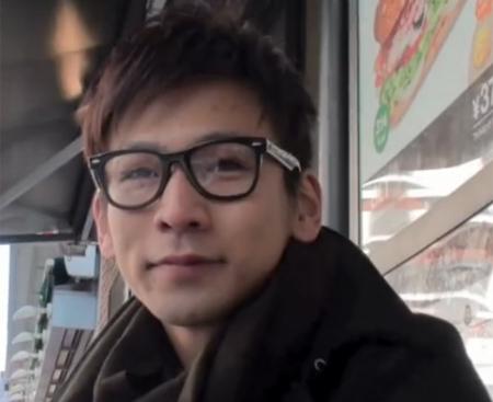 【ゲイ動画 pornhub】メガネをかけたおしゃれノンケ男子が、セルフ顔射しそうなくらいザーメン飛ばすwwwイケメンオナニーでスジ筋バッキバキwww