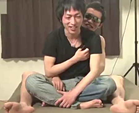 素人のスリム系イケメンがゲイビデオ撮影初体験でケツ穴にオモチャ2つも突っ込まれてガチ絶頂