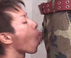 【ゲイ動画 pornhub】必死にフェラしながら自分のチンコを手コキしまくるスジキンイケメン!