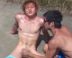 【ゲイ動画 potnhub】色白のイケメン君が野外で海パンを履いていちゃいちゃプレイ。
