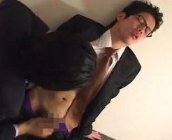 【ゲイ動画 pornhub】スーツフェチ歓喜!スーツの下に隠れた可愛いお尻wそのお尻にバイブを突っ込み、広がった所でアナルファック開始!