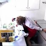 【ゲイ動画 xvideos】お客さんにばれない様に。移動ホットドック屋の店員に扮したイケメンが、見えない場所でひたすらに弄られ必死に堪える・・・w