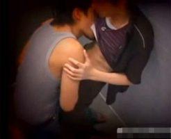 【ゲイ動画 xvideos】トイレで求め合う2人を盗撮!トイレで声を殺しガン掘りケツ穴ファック!