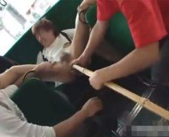 【ゲイ動画 xvideos】誰も助けてはくれない絶望の中、通学途中の学生をバスの中で襲う!無理矢理ケツ穴にディルドや竹刀を突っ込み、広がったところにちんこを挿入!