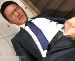 【ゲイ動画 xvideos】スーツ好き歓喜!脱がさずに咥え、手コキ責めw