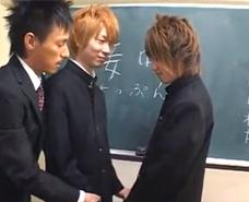【ゲイ動画 xvideos】接吻の授業で先生と生徒の3Pファック!トイレで保健室で教室で・・・この学校の乱れた日常