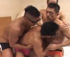 【ゲイ動画 xvideos】ベッドが狭く感じる、男4人の濃厚な絡み合い。余すこと無く愛し合う乱交ケツ穴セックス