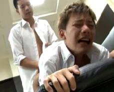 【ゲイ動画 】突かれるたびに、泣き声の様な喘ぎ声をあげるイケメン。Mっ気あふれる甘い声に誘われる様に、ケツ穴をちんこで苛めまくりのアナルファック!