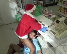 【ゲイ動画】クリスマスのコンビニ。サンタとトナカイのコスプレをした店員が盛っちゃうw客が居ようがおかまい無しの豪快ケツ穴ファック!!