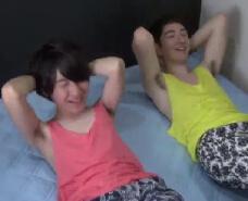【ゲイ動画】腕立て腹筋、筋トレの後はマッサージで筋肉をほぐし合う!キスに手コキ、フェラと身体の力がどんどん抜けてしまい…w