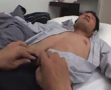 【ゲイ動画】酒に泥酔した先輩をベッドに運び介抱していると…その男らしい体にムラムラしてしまいwバレない様に気をつけながらも大胆なアナルファック!先輩をオナニーの道具につかっちゃうw