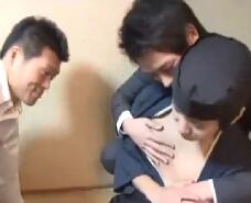 【ゲイ動画】狙われた配膳係のイケメン!良い事しようと声をかけ3Pに持ち込んじゃうゲイリーマン二人による輪姦ケツ穴セックス!