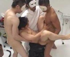 黒髪のイケメン青年が仮面を付けた男たちに…口で咥えさせられ、そのまま交代でアナルを犯される!