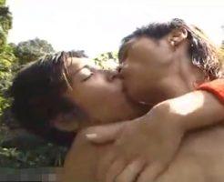 【無修正】真夏の野外で愛し合うゲイカップル。抱き合いながら兜合わせで勃起したちんこをダブル手コキ!