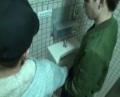 公衆トイレで一緒になったイケメンのちんこを弄り、個室に連れ込み大胆ファック!